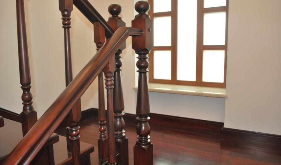 деревянные столбы на лестнице